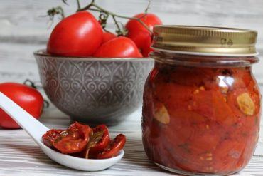 Pomodorini confit sott'olio al profumo di aglio ed erbe aromatiche