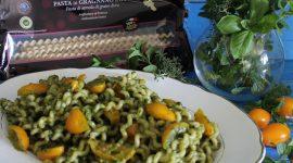 Fusilli lunghi bucati al pesto di erbe aromatiche e pomodorini gialli