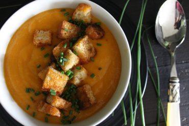 Crema di carote allo zenzero con crostini alla paprika