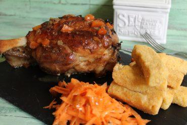 Stinco di maiale al burro e pepe con bastoncini di polenta fritta