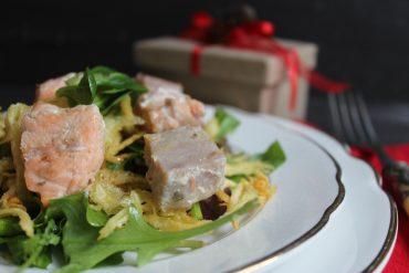 Cubotti di tonno e salmone su misticanza e patate croccanti