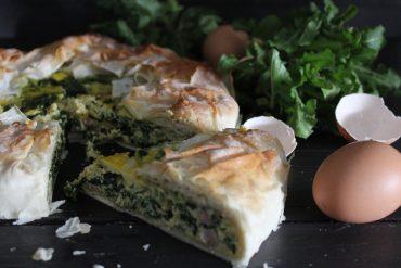 Torta salata con pasta fillo ripiena di ricotta erbette e prosciutto crudo
