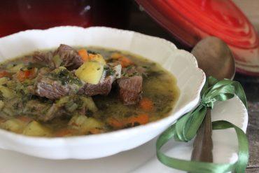 Zuppa saporita di carne e verdure