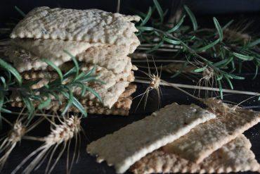 Cracker integrali all'olio extravergine di oliva e rosmarino – senza lievito di birra