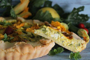 Torta salata con briseé alla semola e formaggio ripiena di zucchine menta e feta
