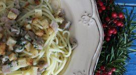 Spaghetti di mezzanotte al tonno e briciole