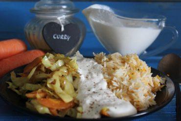 Riso pilaf con verdure al curry e crema di panna all'aglio e pepe